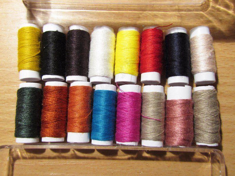 Набор ниток, иголок и всяких разных швейных мелочей.